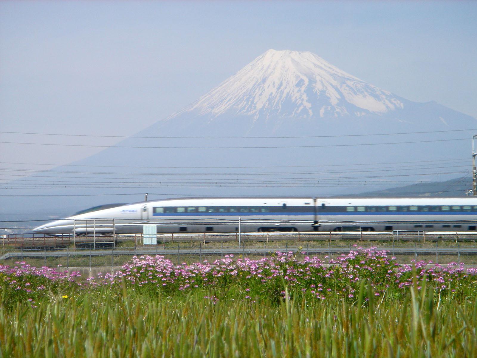 富士山の前を走る新幹線。